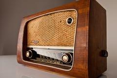 Antik radio på tappningbakgrund Arkivfoto