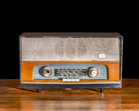 Antik radio på tappningbakgrund Arkivbilder