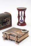 Antik retro dagbok och med cirkeln, träbröstkorgen och timglas Royaltyfria Foton