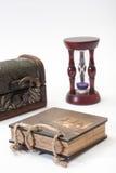 Antik retro dagbok och med cirkeln, träbröstkorgen och timglas Royaltyfri Fotografi