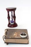 Antik retro dagbok som är destinerad med repet och timglas med guld- ri Arkivbilder