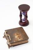 Antik retro dagbok som är destinerad med repet och timglas med guld- ri Arkivfoto
