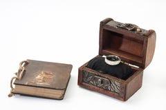 Antik retro dagbok som är destinerad med repet och träbröstkorg och engagem Arkivfoton
