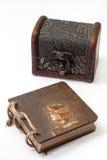 Antik retro dagbok som är destinerad med repet och träbröstkorgen Royaltyfri Fotografi