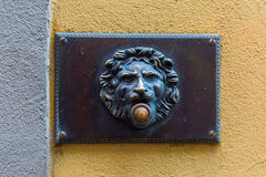 Antik ringklocka med lejonhuvudet Royaltyfri Fotografi