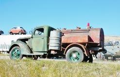 Antik rostig chevrolet gazolinelastbil Arkivbilder