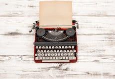 Antik skrivmaskin med den grungy texturerade pappers- sidan Royaltyfria Bilder