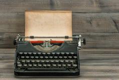 Antik skrivmaskin med den grungy texturerade pappers- sidan Tappningstyl Royaltyfria Bilder