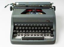 Antik skrivmaskin på vit bakgrund i perspektiv Arkivbilder