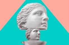 Antik skulptur f?r gipshuvud p? en f?rgrik retro vaporwavebakgrund Samtida konstcollage royaltyfria bilder