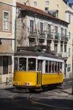Antik spårvagn i Alfama Lissabon, Portugal, 2012 arkivbilder