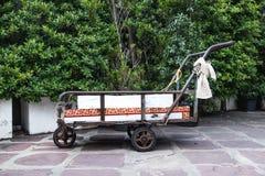 Antik spårvagn som ska transporteras arkivbild