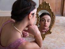 Antik spegel och flott dam royaltyfria bilder