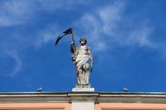 Antik staty på fasad av regulatorn Palace i Piacenza Royaltyfria Foton