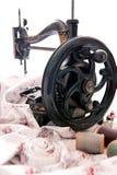 Antik symaskin och sy sats Arkivbild