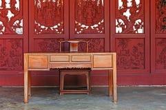 Antik tabell och stol royaltyfri foto