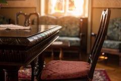 Antik tabell och stol Arkivfoto
