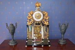 Antik tabellklocka som smyckas med guld Arkivfoton