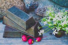 Antik tappningmetallbakning gjuter på wood bakgrund Royaltyfria Foton