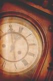 Antik tappningväggklocka som visar fem minuter till midnatt Royaltyfri Bild