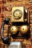 Antik telefon, mycket gammal använd tappningtelefon från 50-tal fotografering för bildbyråer