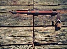 Antik trädörr med låset och hänglåset Arkivfoton