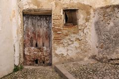 Antik trädörr och fönster i Bocairent Royaltyfria Bilder