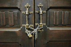 Antik träsniden dörr till templet royaltyfri foto