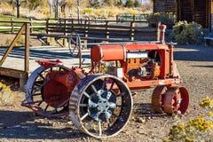 Antik traktor med metalljärnhjul Royaltyfri Fotografi