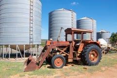 Antik traktor och silor Royaltyfri Bild