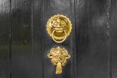 Antik utsmyckad guld- eller mässingsdörrknackare royaltyfri foto