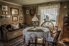 Antik vardagsrum i ett gammalt hem Arkivbild