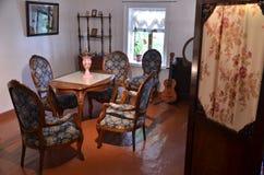 Antik vardagsrum med den runda tabellen i mitt Arkivfoton