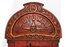 Antik varuautomat för godisar Arkivbild