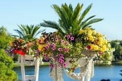 Antik vas med blommor Fotografering för Bildbyråer