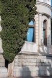 Antik vit marmorbyggnad och cypress Arkivbilder