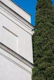 Antik vit marmorbyggnad och cypress Royaltyfri Bild