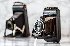Antika Azur Folding Camera på marmorbakgrund royaltyfri foto
