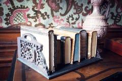Antika böcker i ställning på tabellen fotografering för bildbyråer