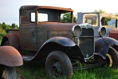 Antika bilar i fältet Arkivfoton