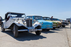 antika bilar står på oldtimershow Arkivfoto