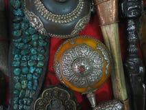 Antika buddistiska smycken från silveren av gammal minting, turkosstenar och det mänskliga benet i ställa ut av det antika lagret Arkivfoto