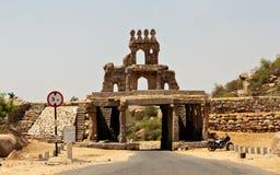 Antika byggnader vid vägen i Hampi Indien royaltyfri foto