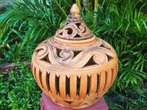 Antika Clay Pot Isolated i parkera royaltyfri bild