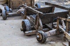Antika glidande vagnar vägen av byinvånarna på berget royaltyfri foto