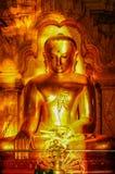 Antika guld- sittande buddha tände vid solframdelen för den sena eftermiddagen Royaltyfria Bilder