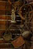 Antika hushållobjekt i ladugården Arkivbilder