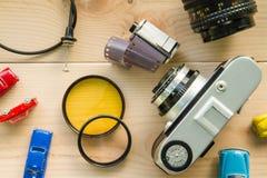 Antika kameror och fotografisk utrustning som förläggas på trä Royaltyfri Bild