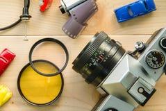 Antika kameror och fotografisk utrustning som förläggas på trä Royaltyfria Bilder
