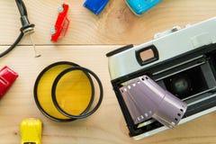 Antika kameror och fotografisk utrustning som förläggas på trä Arkivfoto